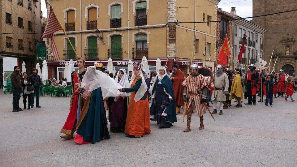 Desfile de los grupos recreacionistas en los Desposorios de Jaime I y Leonor de Plantagenet en Ágreda