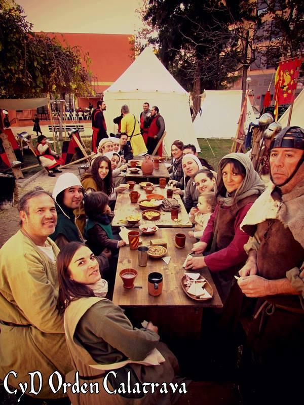 Momento de la comida en el campamento medieval de Alcora