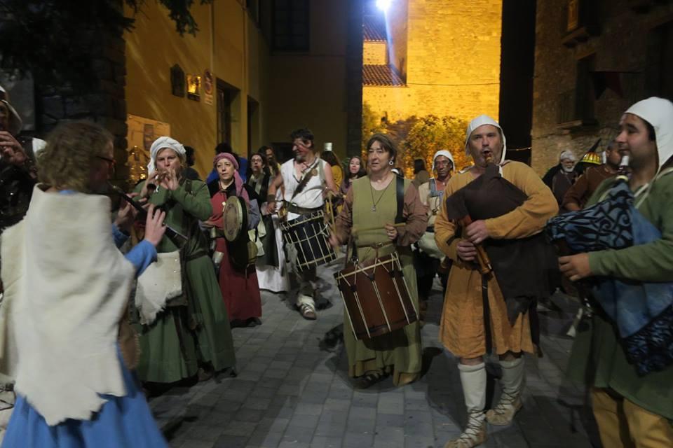 Almogávares de Zaragoza y de Caspe tocando por las calles de Bagá