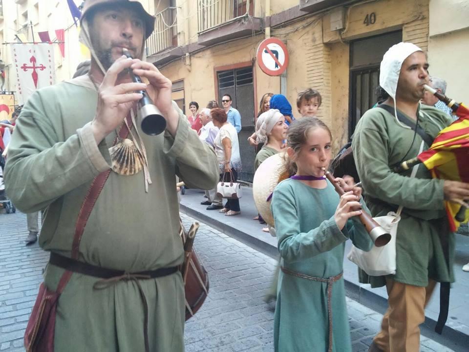 Almogávares tocando en el desfile de Calatayud