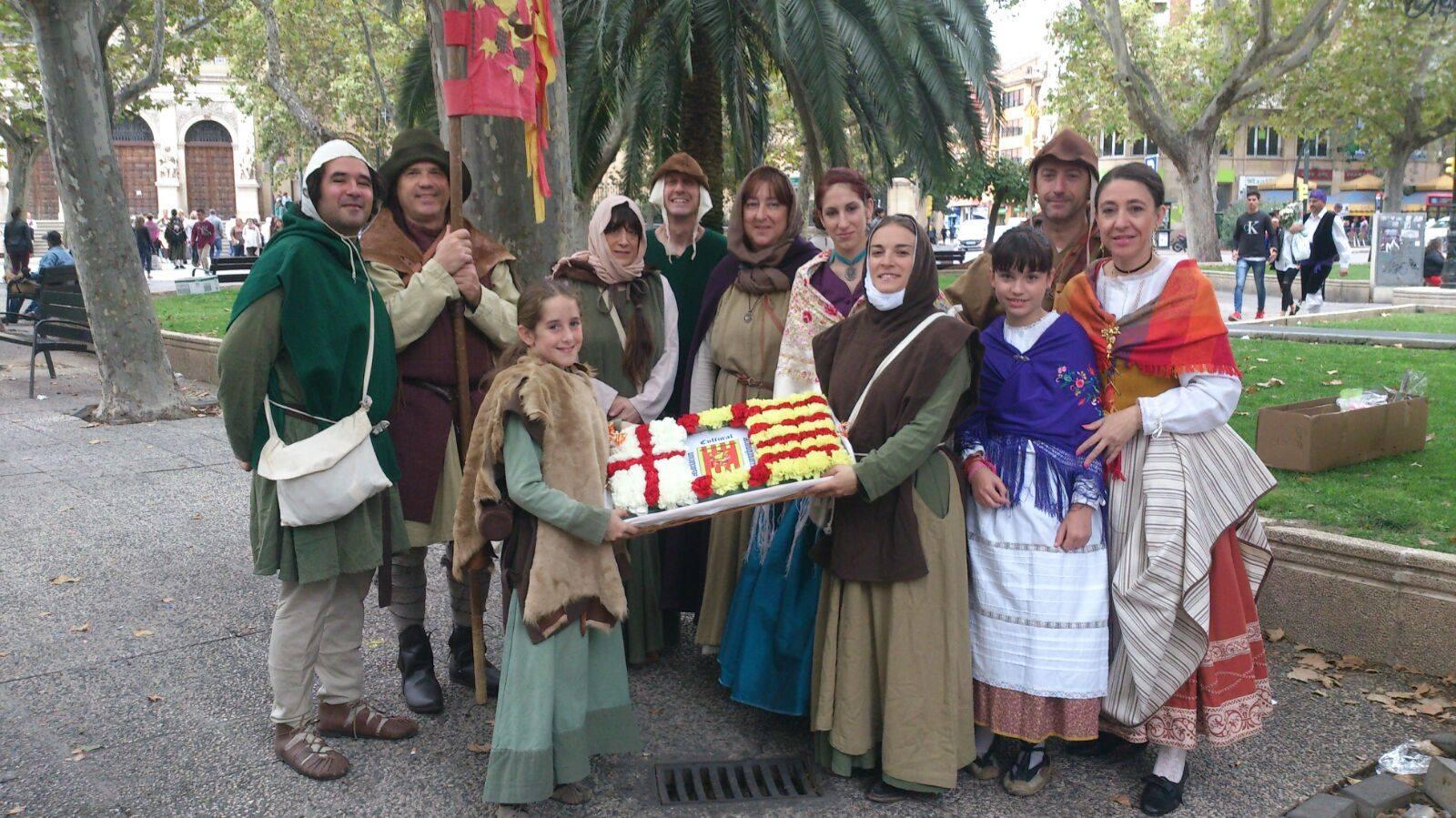 Grupo Almogávar de Zaragoza, esperando para hacer la salida a la Ofrenda de Flores a la Virgen del Pilar