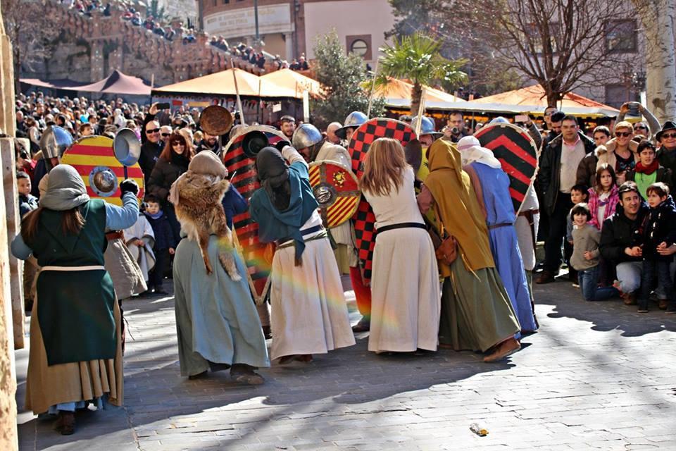 Mujeres encorriendo a sartenazos a los guerreros en las Bodas de Isabel de Segura
