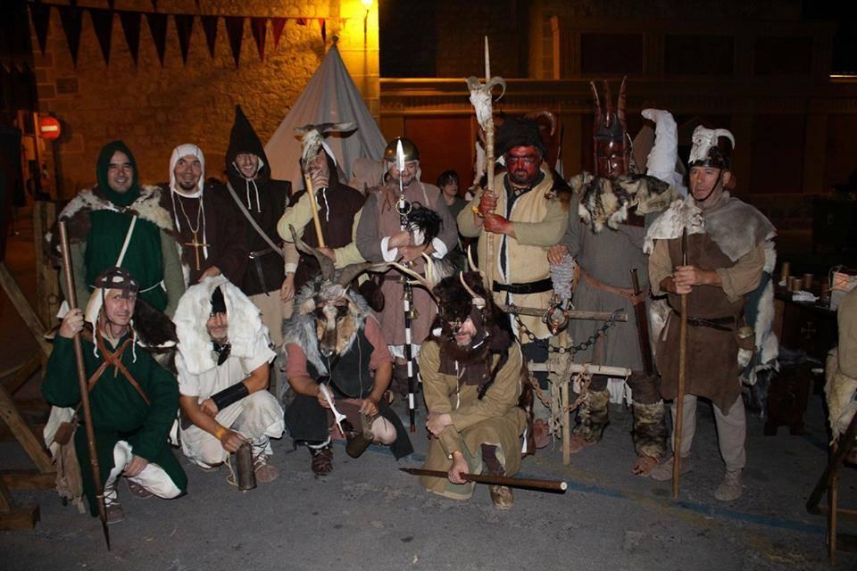 Hombres del campamento Almogávar y Ultramontano ataviados para hacer un Aquelarre