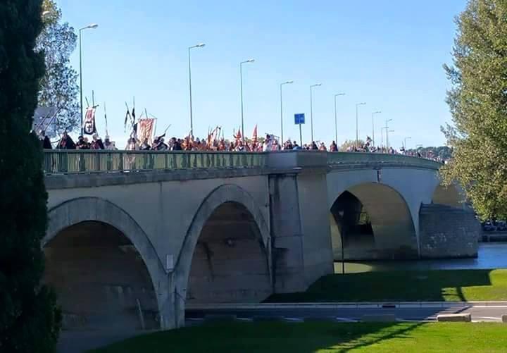 Desfile por el puente de Avignon en la Rosa de oro