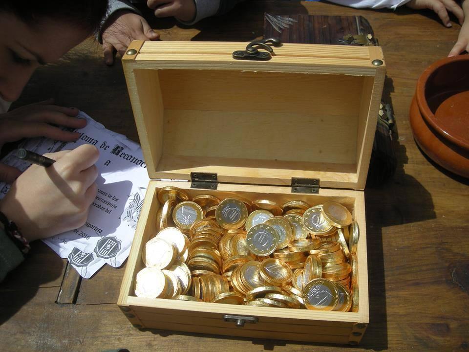 Monedas de chocolate para pago a los nuevos soldados almogávares en el colegio Valdesoartera