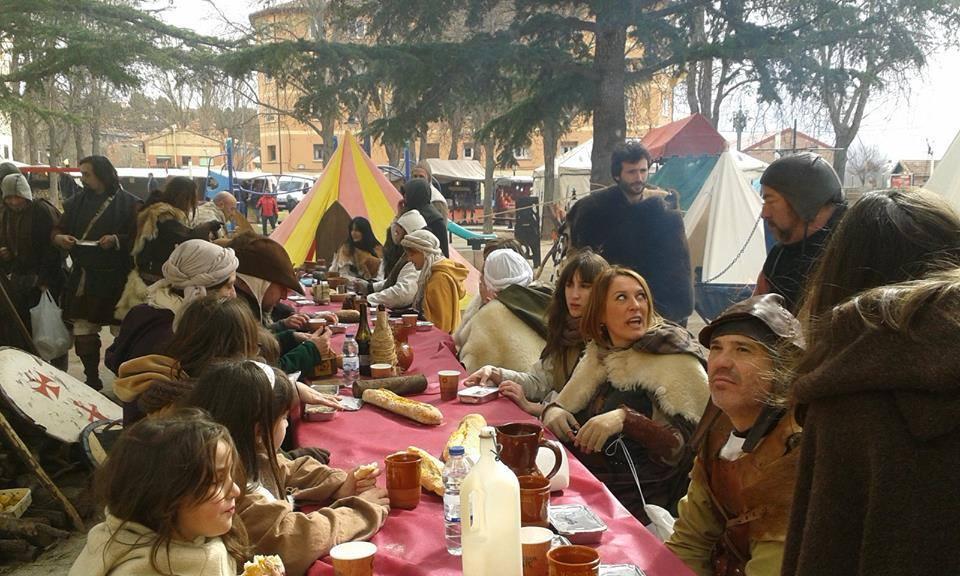 Comida en el campamento medieval Almogávar y de las Mesnadas en las Bodas de Isabel de Segura