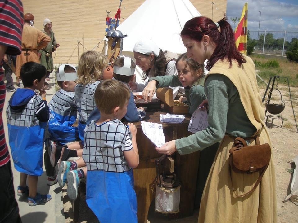 Los nuevos soldados reciben su acreditación como nuevos almogávares en el colegio Valdespartera