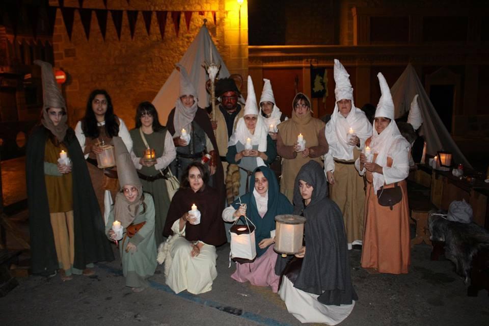 Mujeres del Campamento Ultramontano ataviadas para hacer un Aquelarre