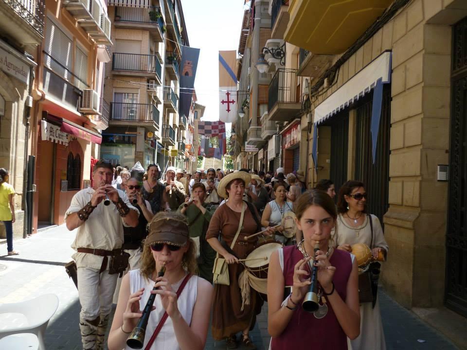 Pasacalles por las calles a cargo de los Almogávares de Caspe y Zaragoza en la fiesta del Compromiso